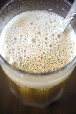 Cafelatte med hjemmelavet mandelmælk.