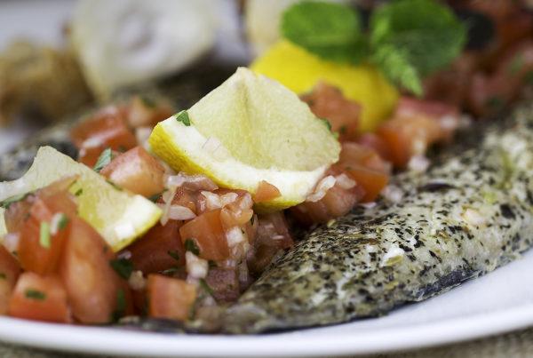 Frisk makrel bagt med tangkrydderier smagt til med citrus og korriander.